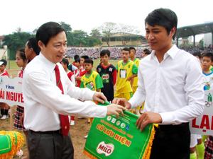 Đồng chí Bùi Văn Cửu, Phó Chủ tịch TT UBND tỉnh, Trưởng Ban chỉ đạo giải trao cờ lưu niệm cho các đoàn VĐV.