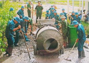 CBCS cơ quan quân sự huyện Kỳ Sơn và lực lượng dân quân xã Dân Hạ tham gia cứng hóa đường bê tông tại xóm Nút.
