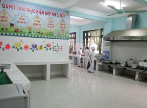 Bếp ăn tập thể trường mầm non Tân Thịnh A thực hiện 5 nguyên tắc chế biến thực phẩm.