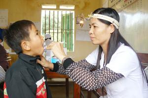 Cán bộ y tế khu vực cụm xã Mường Chiềng - Đà Bắc tăng cường khám phát hiện các trường hợp mắc các bệnh liên quan đến đường hô hấp.
