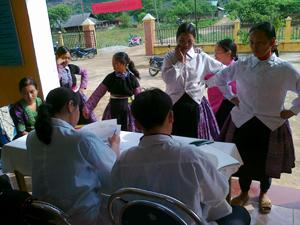 Phụ nữ xã Hang Kia (Mai Châu) đăng ký  tham gia Chiến dịch SKSS/KHHGĐ đợt I.