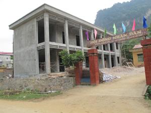 Một phần công trình Trung tâm học tập cộng đồng xã Lập Chiệng (Kim Bôi) sẽ bị tháo dỡ do vi phạm hành lang an toàn giao thông đường bộ.