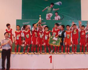 Đồng chí Bùi Văn Cửu, Phó chủ tịch TT UBND tỉnh, Trưởng Ban chỉ đạo giải trao cúp vô địch, chúc mừng đội bóng học sinh tiểu học tỉnh ta.