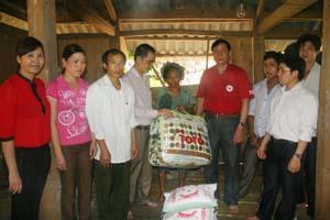 Đại diện Báo Hòa Bình tặng quà cho bà Đinh Thị Quê.