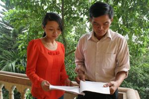 Viên chức dân số và cán bộ Trạm y tế xã Độc Lập (Kỳ Sơn) trao đổi nghiệp vụ, góp phần nâng cao chất lượng dịch vụ DS-KHHGĐ.