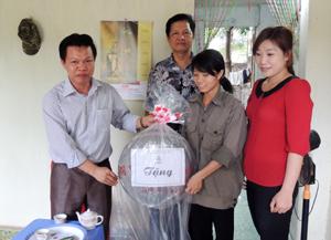 Lãnh đạo Huyện ủy và LĐLĐ huyện trao quà cho hộ gia đình khó khăn của công nhân Công ty CP đầu tư phát triển hạ tầng Phú Thành.