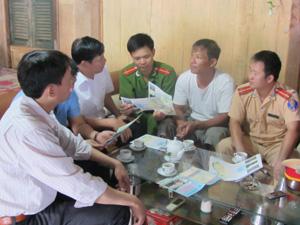 Tuyên truyền, phổ biến các quy định đánh bắt thủy sản tại ngư hộ xóm Nưa, xã Vầy Nưa (Đà Bắc).