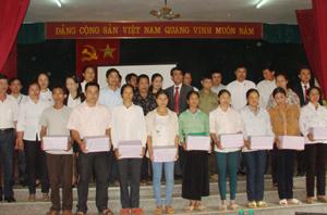 Lãnh đạo Công ty BHNT Prudential Việt Nam, các đơn vị hữu quan tặng thuốc bổ cho 20 gia đình chính sách tại huyện Tân Lạc.