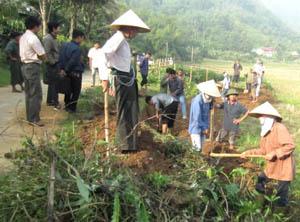 Hội viên Hội Nông dân xã Yên Mông (TPHB) đóng góp ngày công thực hiện công trình kiên cố hóa kênh mương Bai Mộ trên địa bàn xã.