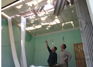 Một ngôi nhà gần như bị tốc mái toàn bộ của một hộ dân xóm Ngoã, xã Mai Hịch.