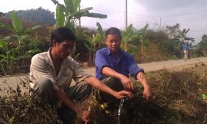 Người dân xóm Trà Ang, xã Vầy Nưa (Đà Bắc) chắt chiu từng giọt nước sinh hoạt.