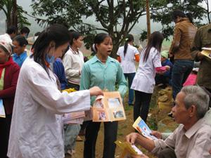 Cán bộ Trung tâm YTDP huyện Kim Bôi phát tờ rơi hướng dẫn cách phòng, chống bệnh sốt rét cho nhân dân xã Cuối Hạ.