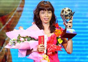 Thủ môn Kiều Trinh nhận giải Quả bóng vàng 2011.