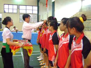 Đại diện Sở GD & ĐT trao giải cho các VĐV đạt thành tích cao tại giải bóng chuyền học sinh phổ thông.
