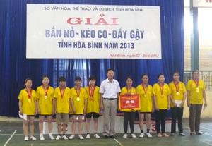 BTC trao giải nhất nội dung kéo co nữ cho đoàn thành phố Hòa Bình.