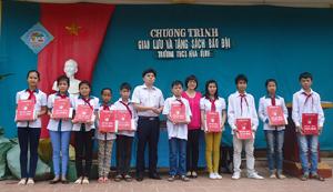 Đại diện lãnh đạo Thành đoàn, Báo TNTP tặng học bổng Vừ A Dính cho thiếu nhi dân tộc.