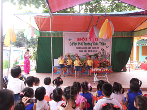 Các cháu mẫu giáo lớp 5 tuổi chi Chăm tham dự phần thi chào hỏi.