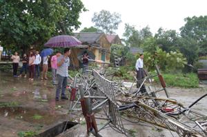 Cột phát sóng truyền hình của huyện Tân lạc đổ nát sau cơn lốc.