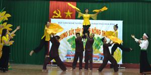 Tiết mục hát múa của đội văn nghệ tuyên truyền TP Hòa Bình về chủ đề xây dựng nông thôn mới.