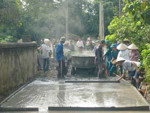 CB, CS Ban CHQS huyện Kỳ Sơn cùng nhân dân xóm Quốc tham gia làm đường giao thông nông thôn trong xây dựng mô hình làng, bản văn hóa quốc phòng tại xã Phú Minh.