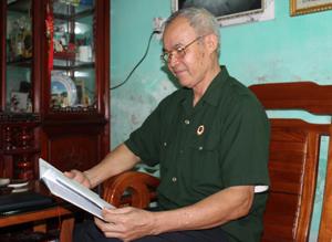 Ông Sản xem lại cuốn nhật ký chiến trường để chuẩn bị cho bài nói chuyện về truyền thống của quân đội nhân dân Việt Nam.