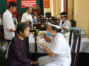 Thực hiện chính sách chăm sóc người có công, hàng năm, huyện Cao Phong tổ chức khám - chữa bệnh, cấp thuốc miễn phí cho đối tượng thương - bệnh binh, thân nhân liệt sỹ, người có công với cách mạng.