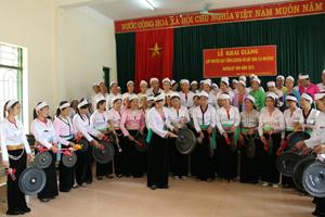 Nghệ sĩ Kiều Dung hướng dẫn học viên đánh các bài cồng chiêng truyền thống.
