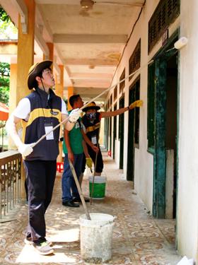Đoàn tình nguyện sơn tường lớp học tại trường tiểu học Cuối Hạ B.