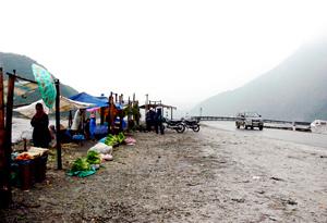 Những quán hàng trong sương trên đỉnh đèo Thung Khe.