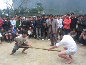Một trận thi đấu đẩy gậy nam tại giải bắn nỏ - đẩy gậy – kéo co huyện Tân Lạc.