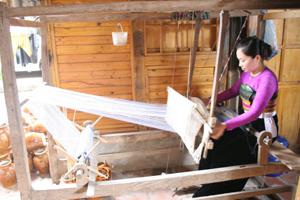 Huyện Mai Châu chú trọng bảo tồn các giá trị văn hóa truyền thống. (Ảnh: Thiếu nữ Thái ở bản Lác, xã Chiềng Châu dệt thổ cẩm truyền thống).