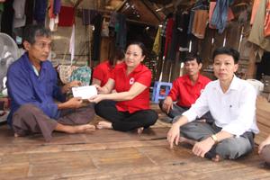Lãnh đạo Hội CTĐ tỉnh thăm hỏi, động viên, hỗ trợ hộ gia đình bị thiệt hại bởi lốc xoáy tại xóm Định, xã Mãn Đức.