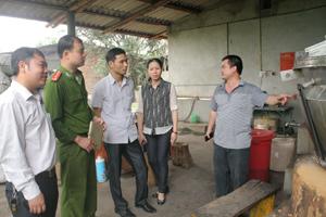 Đoàn kiểm tra liên ngành kiểm tra thực tế tại xưởng sản xuất của Công ty CP y dược và đầu tư thương mại Sông Đà.