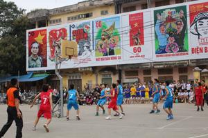 Trận đấu giữa 2 đội trường THPT Công nghiệp (áo xanh) và THPT DTNT tỉnh (áo đỏ).