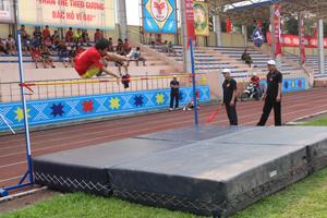 Các VĐV tham gia nội dung nhảy cao tại Đại hội TDTT tỉnh lần thứ V.