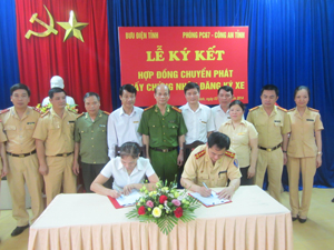 Lãnh đạo CA tỉnh và Bưu điện tỉnh chứng kiến lễ ký kết.