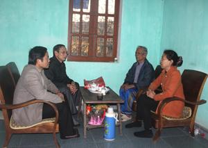 Cấp ủy chi bộ tiểu khu Liên Phương, thị trấn Đà Bắc (Đà Bắc) thường xuyên thăm hỏi, động viên các gia đình đảng viên ốm đau, hoạn nạn.