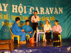 Thông qua hình thức sân khấu hóa, các cấp Hội phụ nữ huyện Tân Lạc lồng ghép tuyên truyền bình đẳng giới, phòng chống bạo lực gia đình với công tác dân số - kế hoạch hoá gia đình.
