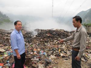 Bãi rác tại xóm Đồng Bảng, xã Đồng Bảng (Mai Châu) bị cháy và bốc khói nghi ngút đã hơn 2 tuần nay.