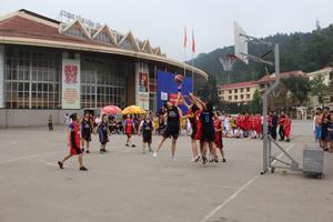 Trận đấu giữa 2 đội trường nữ THPT chuyên Hoàng Văn Thụ và THPT Đại Đồng (Lạc Sơn).