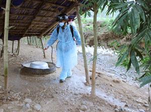 Đội phun thuốc sát trùng xã Tân Minh hỗ trợ hộ chăn nuôi gia cầm, thủy cầm vệ sinh tiêu độc khử trùng khu vực chăn nuôi.