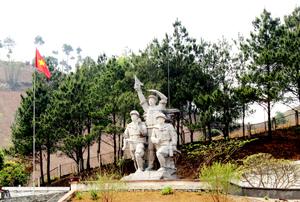 Tượng đài chiến thắng tại ngã ba Cò Nòi (Mai Sơn - Sơn La) - nơi cách đây 60 năm là một trọng điểm bắn phá của không quân Pháp.