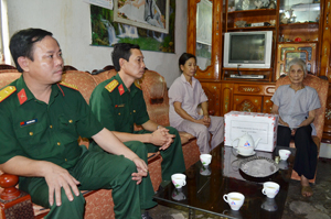 CBCS Phòng Chính trị (Bộ CHQS tỉnh) thăm hỏi, tặng quà  gia đình chính sách phường Tân Hòa (TPHB).