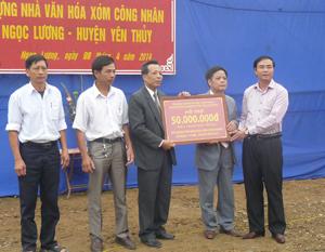 Đồng chí Hoàng Văn Tứ, UVTV, Giám đốc Sở NN&PTNT trao tặng 50 triệu đồng cho xóm Công Nhân xây dựng nhà văn hoá.