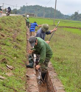 Nhân dân thực hiện nạo vét, phát dọn các tuyến kênh mương nội đồng trên địa bàn xã Hạ Bì, huyện Kim Bôi.