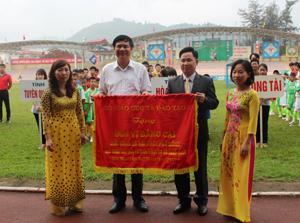 Lãnh đạo Vụ công tác học sinh, sinh viên - Bộ GD&ĐT trao cờ đơn vị đăng cai cho lãnh đạo Sở GD&ĐT tỉnh.