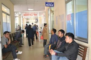 Số điện thoại đường dây nóng được Bệnh viện Đa khoa tỉnh dán công khai trước cửa các phòng khám.