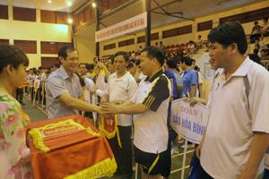 Lãnh đạo Đảng uỷ Khối các cơ quan tỉnh trao cờ luân lưu cho các đoàn tham gia.