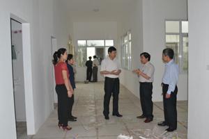 Đồng chí Bùi Văn Cửu, Phó Chủ tịch TT UBND tỉnh kiểm tra công trình xây dựng phòng khám đa khoa khu vực đường 21 thuộc xã Cao Thắng (Lương Sơn).