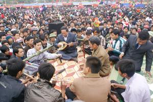 Đội văn nghệ xã Phong Phú (Tân Lạc) trình diễn các loại nhạc cụ dân tộc tại lễ hội Khai hạ Mường Bi. Ảnh: P.V